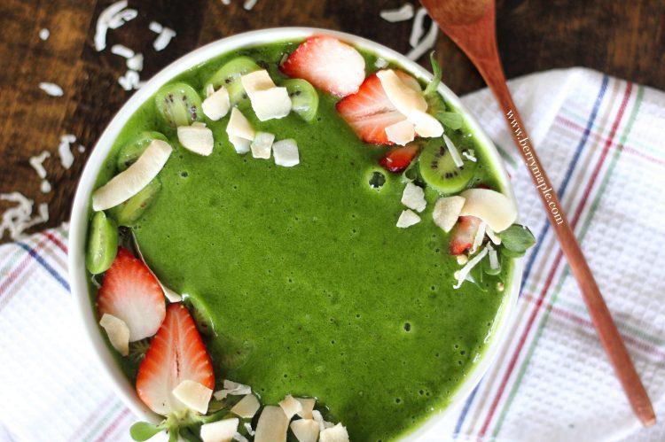 Зелёный смузи боул с авокадо