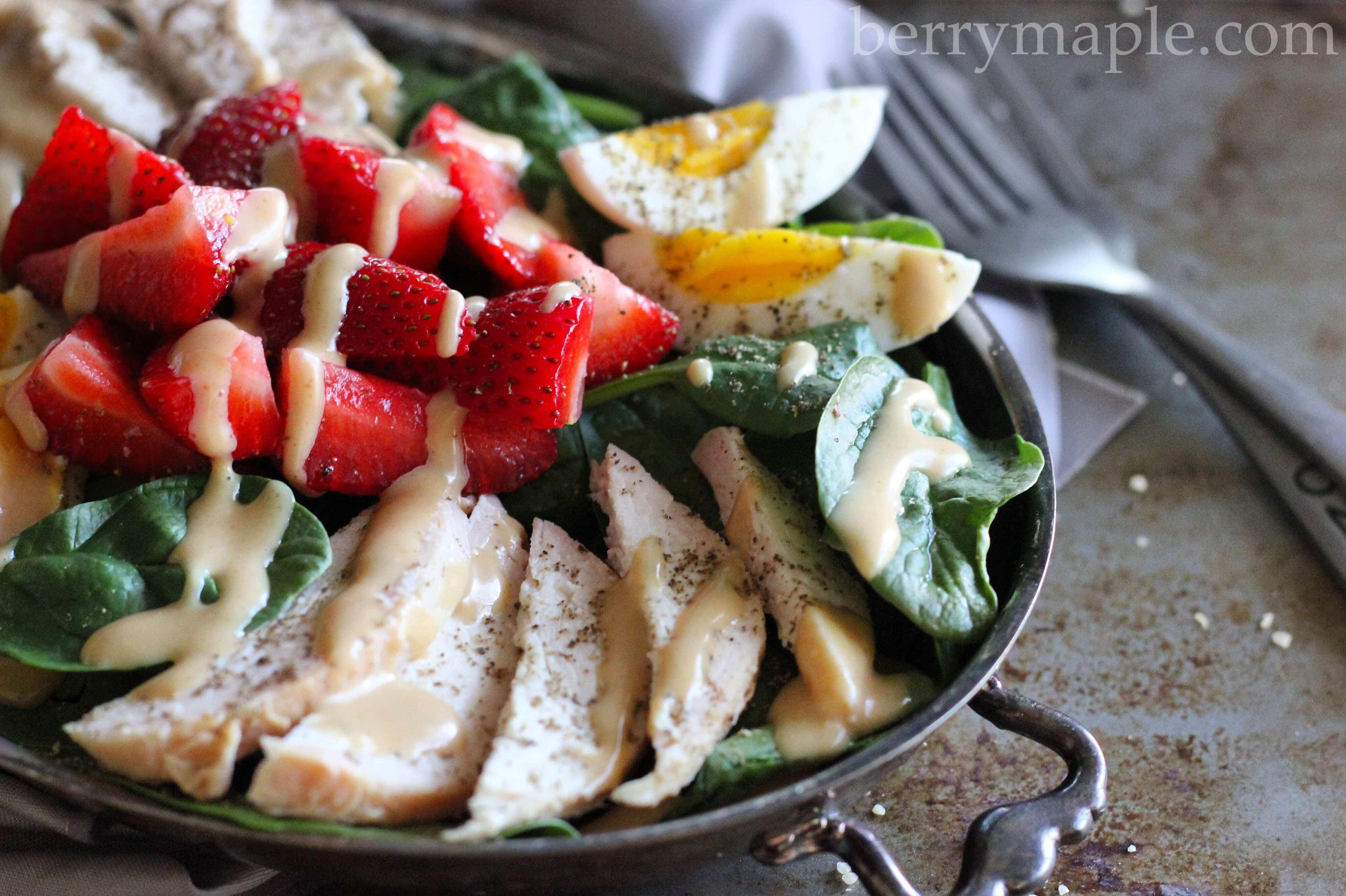 Салат с куриной грудкой и клубникой