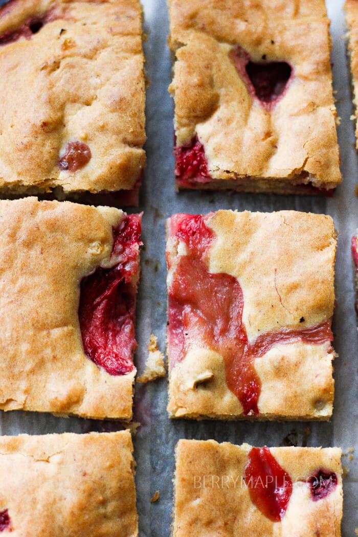 cream cheese strawberry bars recipe www.berrymaple.com #creamcheese#bars#strawberries#dessert#brownsugar